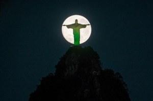Wir sind der Mond der Jesus' Licht reflektiert. So lasst uns unser Licht leuchten, damit die Welt im Dunkeln es sehen kann und den Vater im Himmel ehren kann.
