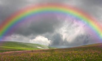 Das Leben ist keine wolkenfreie Reise Sturm und Dunkelheit bedrücken oft Aber des Vaters unveränderbare Gnade Kommt des Herzens Verzweiflung aufzumuntern. Schwere Wolken schweben dunkel in der Luft Verwehren den vertrauensvollen Blick nach oben Aber durch die dunkelste Dunkelheit Erscheint der Regenbogen Seiner Liebe - Flora Kirkland