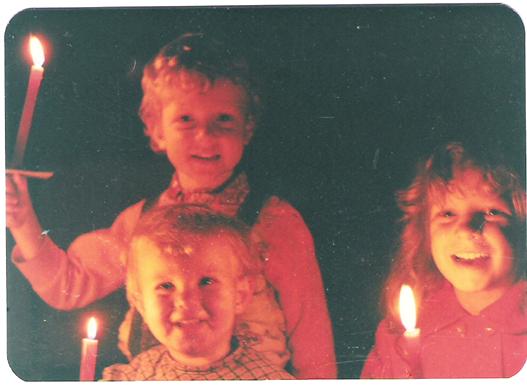 Meine drei ältesten Kinder, vor vielen Jahren. Meine große Tochter behält diese Tradition auch heute noch mit ihren eigenen Kindern bei.